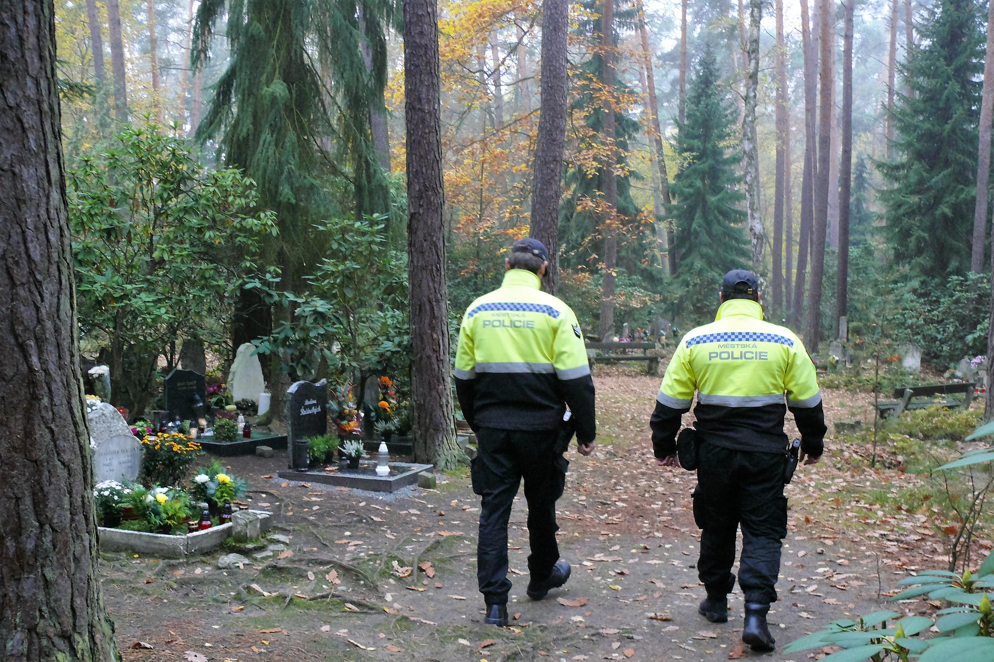 Na Dušičky posílí doprava a hřbitovy budou otevřeny až do večera